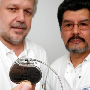 """Montag, 18. Dezember 2006 - Dr. Klaus Krumpiegl und Dr. Ernesto Valverde mit einem Schrittmacheraggregat mit Elektrode (""""Herzschrittmacher"""") Foto: Michael Printz / PRINTZ.NET Archivnummer: 20061218-1000020"""