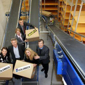 Donnerstag, 25. Oktober 2007 - Endlich ist es soweit: Das Dortmunder Unternehmen Schöler&Micke kann endlich in den Firmenneubau an der Alten Strasse 59 einziehen. In Rekordzeit hat das Bauunternehmen GOLDBECK WEST den Neubau mit Lagerhalle und Büroräumen erstellt. vorne vlnr: Anja Bergmann (Schöler & Micke) Ralf Wosik (Schöler & Micke) Janina Wosik (Schöler & Micke) Wilfried Micke (Schöler & Micke) hinten: Anja Pulss (GOLDBECK West) Jörg Flüß (GOLDBECK West) Foto: Michael Printz / PRINTZ.NET / GOLDBECK WEST Archivnummer: PPN-2007-10-25-GOLDBECK_SCHOELER_MICKE_EINZUG-0163