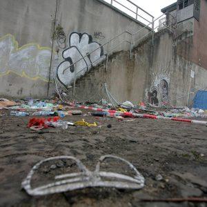 Eindrücke vom Tag nach der tödlichen Katastrophe mit 19 Toten und über 300 Verletzten in Duisburg / Unglückstelle am Tag danach / Aufräumarbeiten / Menschen bringen Blumen und Kerzen Auch von dieser Treppe sollen Menschen gestürtzt sein. Unheimliches Aufkommen an Medienvertretern dokumentiert. Foto: Michael Printz / PHOTOZEPPELIN.COM