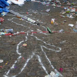 Eindrücke vom Tag nach der tödlichen Katastrophe mit 19 Toten und über 300 Verletzten in Duisburg / Unglückstelle am Tag danach / Aufräumarbeiten / Menschen bringen Blumen und Kerzen Die Lage der Leichen wurde am Boden angezeichnet. Foto: Michael Printz / PHOTOZEPPELIN.COM