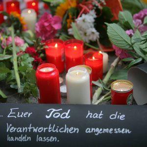 Eindrücke vom Tag nach der tödlichen Katastrophe mit 19 Toten und über 300 Verletzten in Duisburg / Unglückstelle am Tag danach / Aufräumarbeiten / Menschen bringen Blumen und Kerzen Foto: Michael Printz / PHOTOZEPPELIN.COM