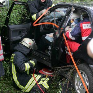 Montag, 31. Juli 2006 - Dortmund-Marten. Gegen 7.39 Uhr kam es auf dem Alten Hellweg Höhe Overhoffstrasse zu einem schweren Unfall. Zwei Fahrzeuge fuhren in Richtung Dorstfeld, ein Pkw fuhr nach ersten Erkenntnissen auf einen Transporter auf, der Fahrer verlor die Kontrolle und der Pkw wurde ein einen Graben geschleudert. Der Fahrer wurde schwer verletzt eingeklemmt. Die beiden Insassen des Transporters wurden ebenfalls schwer verletzt. Foto: PRINTZ.NET Archivnummer: 20060731-1016938