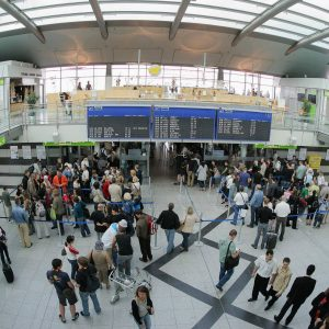 Freitag, 27. Juni 2008 - Zu Ferienbeginn ist die Abflughalle voll. Foto: Michael Printz / PRINTZ.NET