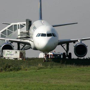 Freitag, 26. September 2008 - Ein Airbus A 321 der Fluggesellschaft Nouvel Air ist am Freitag bei der Landung auf dem Flughafen Dortmund über die Landebahn hinaus geraten. Nach Angaben eines Flughafensprechers steckte die Maschine mit dem Bugrad im Gras fest und musste frei geschleppt werden. Alle 168 Passagiere an Bord seien unverletzt geblieben. Foto: INTERBILD