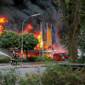 """Samstag, 12. September 2009 - In Dortmund-Dorstfeld ist am Samstag aus bisher ungeklärter Ursache ein Großbrand ausgebrochen. Betroffen waren nach Angaben der Polizei ein Autohaus und ein SupermarktFoto: PHOTOZEPPELIN.COM / Michael PrintzABDRUCK HONORARPFLICHTIGDEU / DeutschlandNordrhein-Westfalen / Dortmund / DorstfeldLatitude: 51°31'3,1256""""NLongitude: 7°25'22,4624""""EAltitude MSL: 76,6mLatitude Dezimal: 51.517535Longitude Dezimal: 7.422906"""