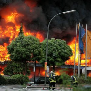 """Samstag, 12. September 2009 - In Dortmund-Dorstfeld ist am Samstag aus bisher ungeklärter Ursache ein Großbrand ausgebrochen. Betroffen waren nach Angaben der Polizei ein Autohaus und ein SupermarktFoto: PHOTOZEPPELIN.COM / Michael PrintzABDRUCK HONORARPFLICHTIGDEU / DeutschlandNordrhein-Westfalen / Dortmund / DorstfeldLatitude: 51°31'3,7808""""NLongitude: 7°25'22,7176""""EAltitude MSL: 101,1mLatitude Dezimal: 51.517717Longitude Dezimal: 7.422977"""