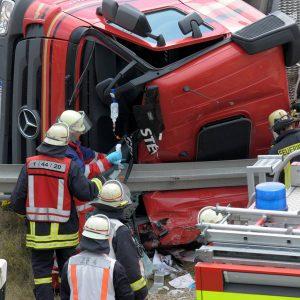 Ein Lastwagen stürzte aus bislang ungeklärter Ursache in der Ausfahrt von der B236 auf die Schüruferstraße um. Der Fahrer wurde schwer verletzt in seinem Führerhaus eingeklemmt. Foto: PHOTOZEPPELIN.COM