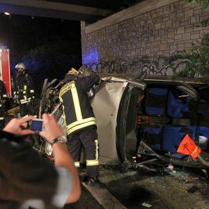 Bei einem kuriosen Unfall auf der Mallinkrodtstrasse (OW3A) in Höhe der Anschlußstelle Sunderweg wurde eine Person schwer verletzt in einem Pkw eingeklemmt. Insgesamt wurden drei Autos bei dem Unfall beschädigt. Foto: Michael Printz / PHOTOZEPPELIN.COM