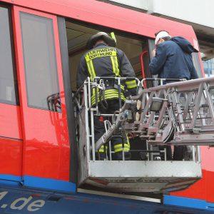 Gegen kurz nach 8 Uhr morgens kollidierte ein Waggon der H-Bahn an der TU Dortmund mit dem Container eines Entsorgungsfahrzeuges mit dem Bauschutt einer Baustelle an der Universität abtransportiert werden sollte. Fünfzehn Personen wurden nach ersten Angaben der Feuerwehr mit Kopfverletzungen und Knochenbrüchen verletzt. Foto: Michael Printz / PHOTOZEPPELIN.COM