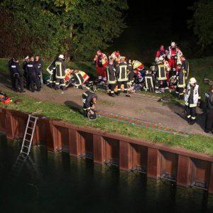 Eine dramatische Rettungsaktion gab es am Dienstag, 16. Oktober 2012 am Dortmund-Ems-Kanal. Gegen kurz nach 21:00 Uhr meldete eine Zeugin bei der Polizei, dass ein Pkw im Kanal liegt. Kurz zuvor habe sie das Fahrzeug noch am Kanal entlang fahren sehen. Für Polizei, Feuerwehr und Rettungsdienst entwickelte sich ein Großeinsatz. Ein Taucher der Dortmund Berufsfeuerwehr befreite einen Mann und zwei jüngere Kinder von der Rücksitzbank des Audi und brachte sie mit Unterstützung weiterer Kräfte an Land. Dort wurden die drei Menschen lange reanimiert und unter laufender Reanimation in Krankenhäuser gebracht. Ob es für die drei Überlebenschancen gibt, war am Abend nicht klar. Die Mutter der Kinder konnte noch während des laufenden Rettungseinsatzes von der Polizei befragt werden, wobei sich zunächst keine Hinweise auf einen Suizid ergaben. Der genau Hergang des Familiendramas muss nun von der Polizei ermittelt werden. Das Fahrzeug wurde wegen seiner Gefahr für die Binnenschifffahrt schnellst möglichst mittels Lufthebekissen angehoben und vom Löschboot der Feuerwehr in den Achenbachhafen gezogen, wo es mit dem Feuerwehrkran aus dem Wasser geborgen werden konnte. Foto: Michael Printz / PHOTOZEPPELIN.COM