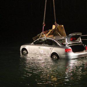 Eine dramatische Rettungsaktion gab es am Mittwoch, 17. Oktober 2012 am Dortmund-Ems-Kanal. Gegen kurz nach 21:00 Uhr meldete eine Zeugin bei der Polizei, dass ein Pkw im Kanal liegt. Kurz zuvor habe sie das Fahrzeug noch am Kanal entlang fahren sehen. Für Polizei, Feuerwehr und Rettungsdienst entwickelte sich ein Großeinsatz. Ein Taucher der Dortmund Berufsfeuerwehr befreite einen Mann und zwei jüngere Kinder von der Rücksitzbank des Audi und brachte sie mit Unterstützung weiterer Kräfte an Land. Dort wurden die drei Menschen lange reanimiert und unter laufender Reanimation in Krankenhäuser gebracht. Ob es für die drei Überlebenschancen gibt, war am Abend nicht klar. Die Mutter der Kinder konnte noch während des laufenden Rettungseinsatzes von der Polizei befragt werden, wobei sich zunächst keine Hinweise auf einen Suizid ergaben. Der genau Hergang des Familiendramas muss nun von der Polizei ermittelt werden. Das Fahrzeug wurde wegen seiner Gefahr für die Binnenschifffahrt schnellst möglichst mittels Lufthebekissen angehoben und vom Löschboot der Feuerwehr in den Achenbachhafen gezogen, wo es mit dem Feuerwehrkran aus dem Wasser geborgen werden konnte. Foto: Michael Printz / PHOTOZEPPELIN.COM