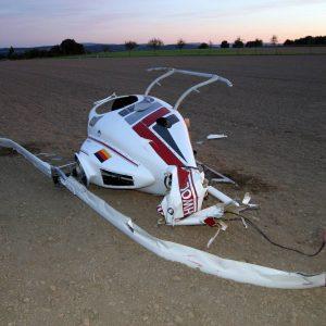 438-3835 Gegen 18.15 Uhr stürtze bei Fröndenberg ein Helikopter ab. In 400 Meter Höhe soll der Heckrotor ausgefallen sein. Beide Insassen überlebten den Absturz vollkommen unverletzt. Foto: printz.net