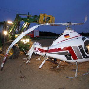 438-3886 Gegen 18.15 Uhr stürtze bei Fröndenberg ein Helikopter ab. In 400 Meter Höhe soll der Heckrotor ausgefallen sein. Beide Insassen überlebten den Absturz vollkommen unverletzt. Foto: printz.net