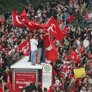 """Sonntag, 28. Oktober 2007 - """"Wir demonstrieren mit unseren Familien friedlich gegen die PKK, leider sind ein paar ausgeflippt und haben sich mit der Polizei angelegt"""" kommentiert ein Teilnehmer die Demonstration am Sonntag. Weitere, dem thematisch nicht eingeweihten Lichtbildner nicht bekannte Informationen zum Thema sind beim zuständigen Redakteur zu erfragen! Foto: Michael Printz / PRINTZ.NET Archivnummer: PPN-2007-10-28-Anti-PKK-Demo-0005"""