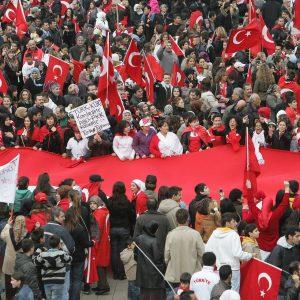 """Sonntag, 28. Oktober 2007 - """"Wir demonstrieren mit unseren Familien friedlich gegen die PKK, leider sind ein paar ausgeflippt und haben sich mit der Polizei angelegt"""" kommentiert ein Teilnehmer die Demonstration am Sonntag. Weitere, dem thematisch nicht eingeweihten Lichtbildner nicht bekannte Informationen zum Thema sind beim zuständigen Redakteur zu erfragen! Foto: Michael Printz / PRINTZ.NET Archivnummer: PPN-2007-10-28-Anti-PKK-Demo-0014"""