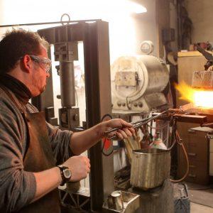Samstag, 27. Oktober 2012 - Der 33-jährige Augenoptiker Fabian Bätzel (Schutzbrille) nimmt bei Schmied Klaus Hülsmann (schwarzer Pullover, kurze Haare) an einem mehrtägigen Messerschmiedekurs teil. Vor der Herstellung des Messers wurde eine Feile angefertigt. Bätzel nimmt zum zweiten Mal an einem Messerschmiedekurs teil. Foto: Michael Printz / PHOTOZEPPELIN.COM