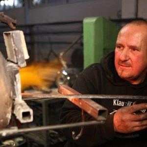 Samstag, 27. Oktober 2012 - Der 33-jährige Augenoptiker Fabian Bätzel (Schutzbrille) nimmt bei Schmied Klaus Hülsmann (schwarzer Pullover, kurze Haare) an einem mehrtägigen Messerschmiedekurs teil. Vor der Herstellung des Messers wurde eine Feile angefertigt. Bätzel nimmt zum zweiten Mal an einem Messerschmiedekurs teil.Foto: Michael Printz / PHOTOZEPPELIN.COM